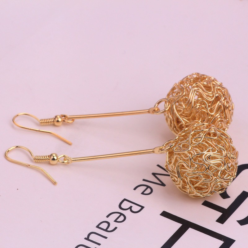2019 European American and Korean editions of hot sellers direct wholesale women's winding Earrings FOR WOMEN