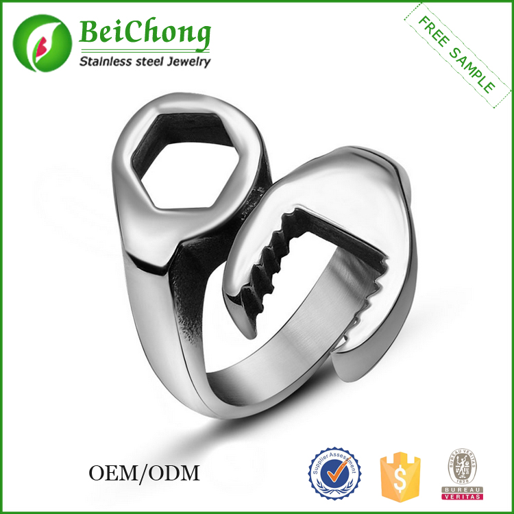 Wholesale Two colore Black/white Wrench Man rings jewellery Stainless steel ring