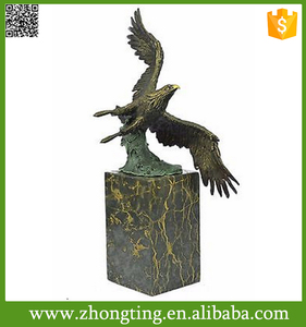 Best sale Modern home decor American Bald Eagle statue Fly hawk sculpture