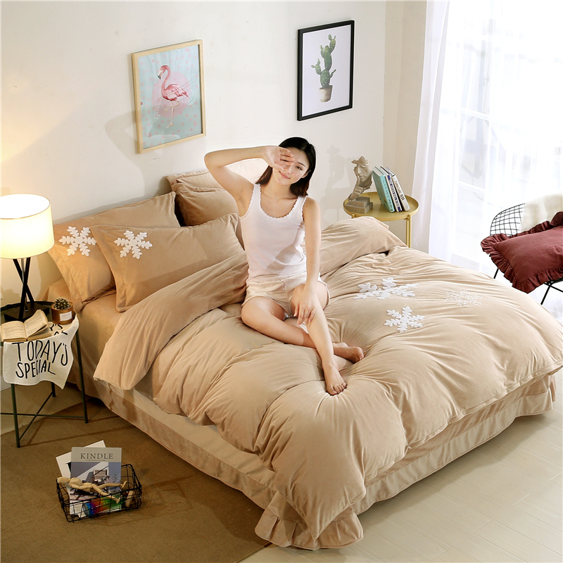 good quality king queen size comfortable Velvet Embroidery Quilt Bedding <strong>set</strong>