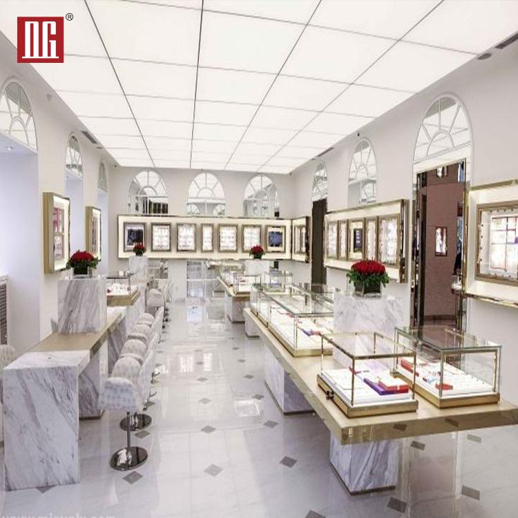 Elegância clássica e da moda de madeira exposição da jóia fica