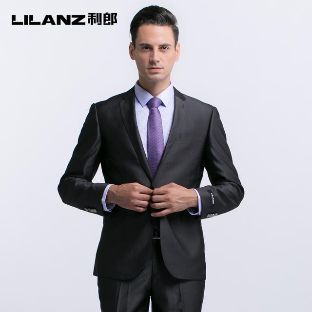 Los chalecos de traje grises para hombre y una buena corbata son la forma ideal de conseguir tu outfit más elegante. Un traje también en tonos grises, una camisa blanca y unos zapatos marrones a juego con el cinturón marcarán un antes y un después en tu fondo de armario.