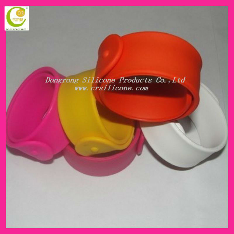 Silicone reflective snap wrist band for holiday promotional gift,silicone slap snap band fancy wrist band