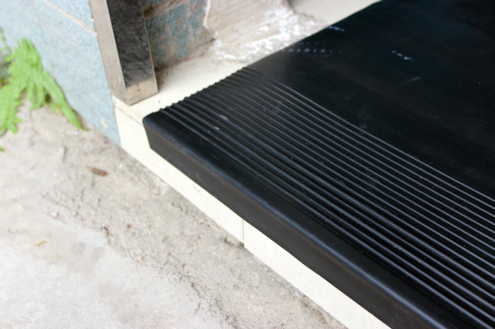 schwarzem gummi treppe treppenkanten treppenabschluss. Black Bedroom Furniture Sets. Home Design Ideas