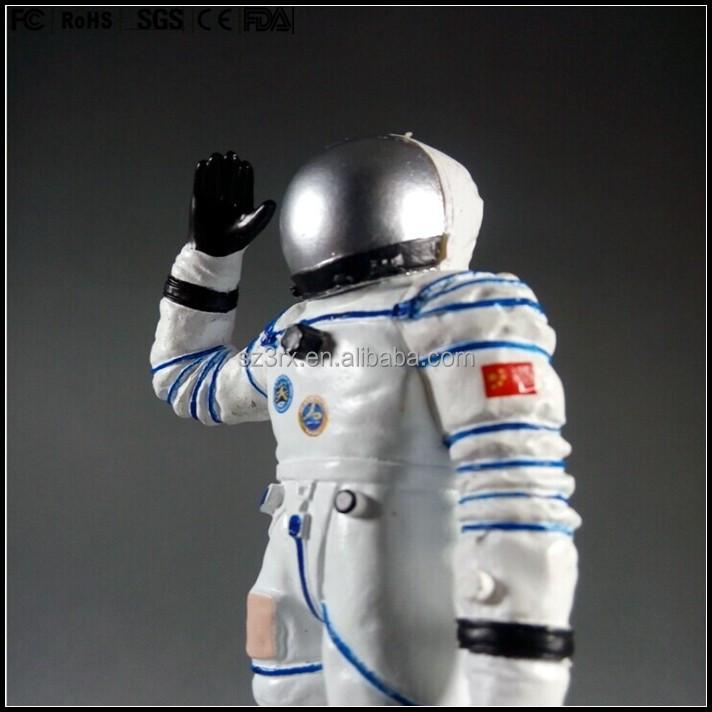 plastic astronaut figurines - 712×712