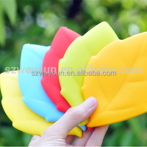 Candy color creative silicone maple leaf shape gargle cup for protable drinking water bag as travel accessories