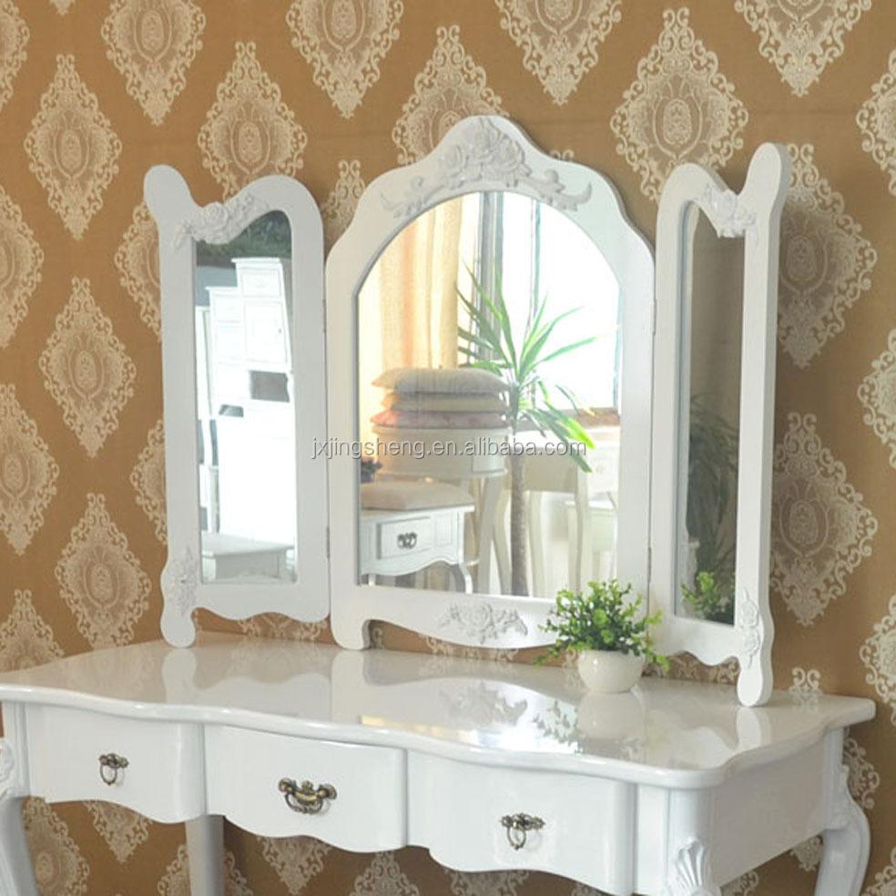 Moderne houten make-up dressoir met spiegel en stoel en witte ...