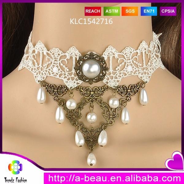 Patrón de encaje de color blanco con forma de triángulo encanto de la perla del collar