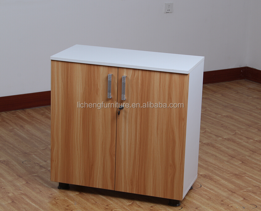 Documento armadietto di legno armadietto chiuso a chiave for Mobile con chiave per ufficio