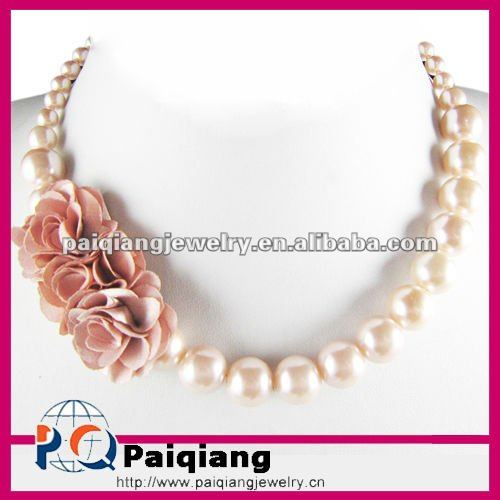 Lasted Design Pearl Necklace with fabric flower