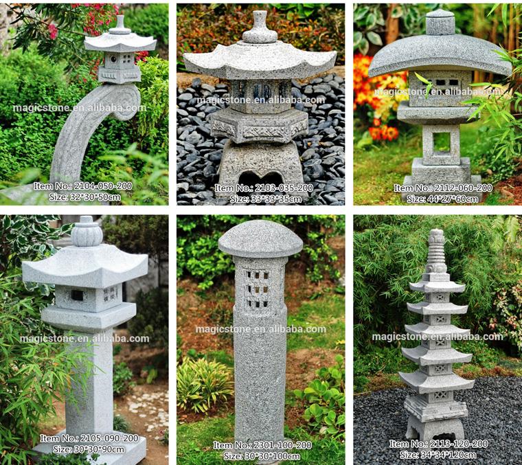 Большой сад в японском стиле старинных каменных фонарей из гранита.