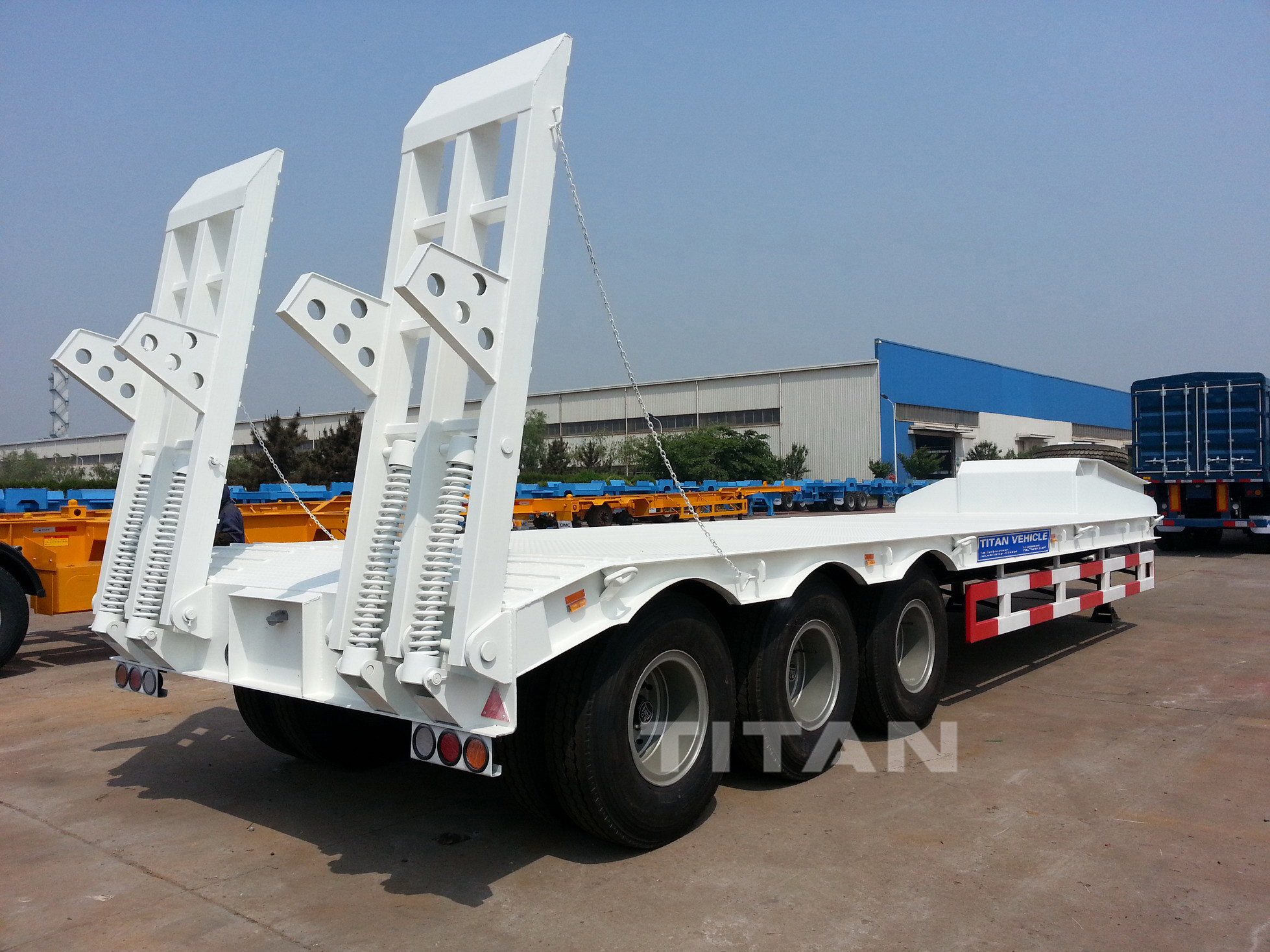 Hydraulic tri-axle lowloader truck transport heavy duty machine loading weight 60 tons 80 tons excavator low bed trailer 100 ton