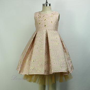 Tek parçalı bir siluetle çocukların elbisesinin deseni