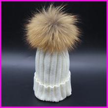 Dámská zimní čepice s chundelatou bambulí