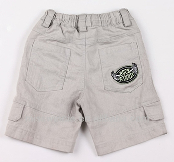 2b9ef4919 Los niños de El modelo de la foto en pantalones cortos de las Bermudas para  niño