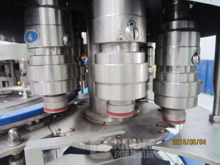 Best price automatic carbonated water / soft drink filling machine / bottling production line