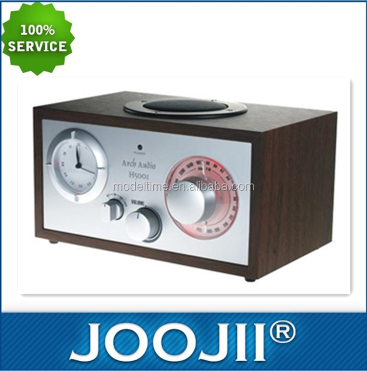 AM/FM mono radio with analogue clock