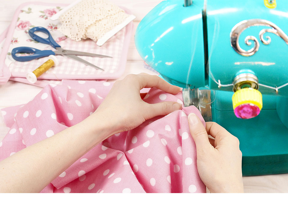 Chinese Factory Price Child Unique Mini Handy Portable overlock Electric Sewing Machine For Shirt