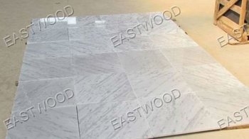 Pavimenti in piastrelle di marmo bianco