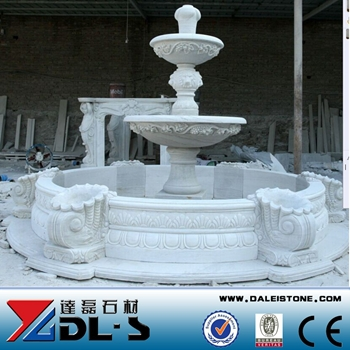 pequea fuente de agua decorativa estatua