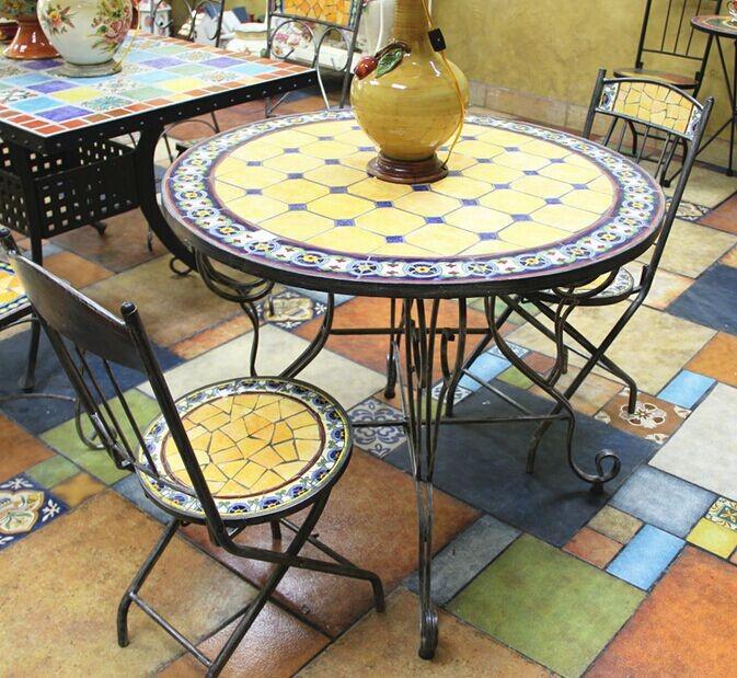 Messico stile tavolo e sedie da giardino, esterno in ferro battuto e ceramica mosaico da pranzo ...