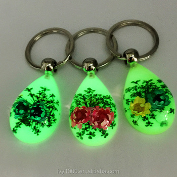 2017 Best Hot sale unique glowing real flower car keychains for women made  with resin amber 5df358b27def