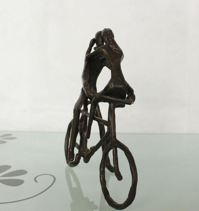 Casting brons liefdevolle paar sculptuur op fiets voor for Metalen decoratie fiets