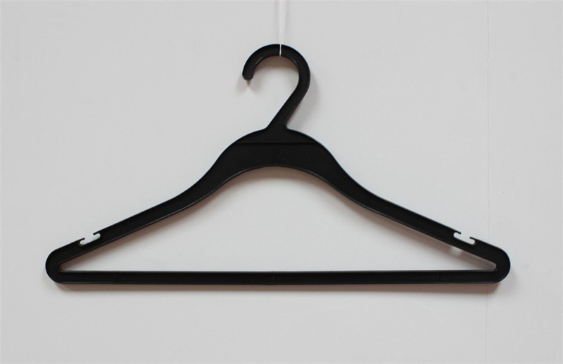 Black eco-friendly pp material plastic shirt hanger with notches