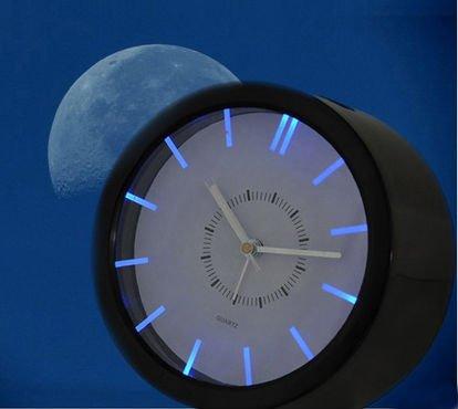 het horloge heeft een quartz uurwerk en lichtgevende wijzers de advertentie met de titel vintage wekker met lichtgevende wijzers en cijfers