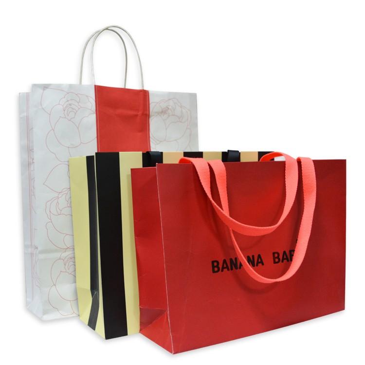 カスタムデザイン印刷高級ギフト包装クラフト紙キャリーダイカットハンドルショッピングバッグあなた自身のロゴ付き服