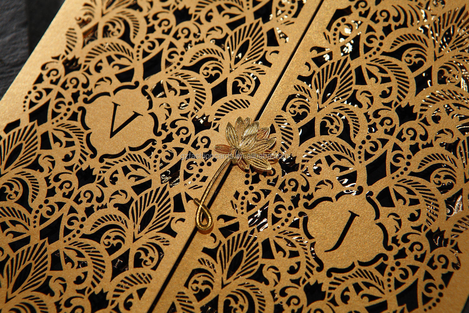 Hot Sale Luxury Laser Cut Wedding Invitation With Metal Flower On The Front
