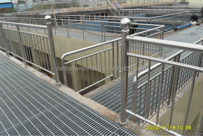 Galvanized catwalk steel grating elevated floor walkway for Catwalk flooring