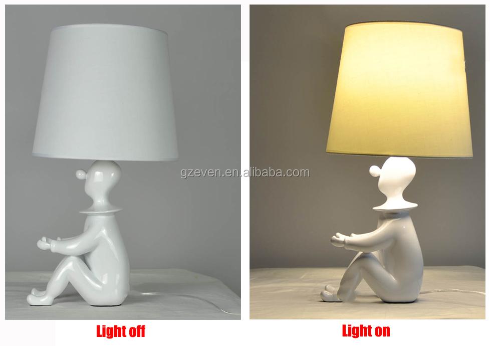 Staande Lampen Woonkamer: Zaal met moderne staande lamp stock foto ...
