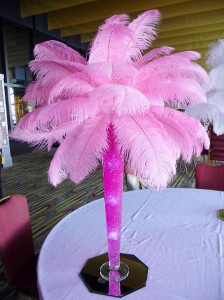 centro de mesa para boda de plumas de avestruz de color rosa decoracion