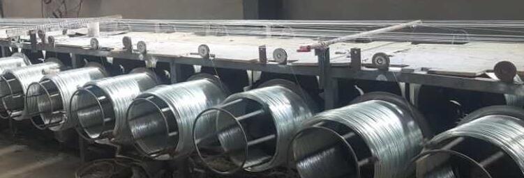 Langsung pabrik harga galvanis kawat dalam gulungan/panas dicelup galvanis kawat untuk gantungan baju kait