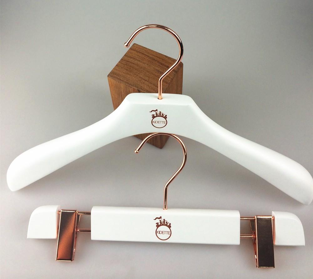 Blanc en bois cintre enfants cintre pour enfants buy blanc cintre en bois en bois enfants - Cintre vetement bebe ...