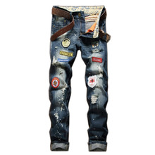 2019 Nieuwe collectie fashion cool vernietigd <span class=keywords><strong>mannen</strong></span> motorcycle biker badges ripped gaten skinny <span class=keywords><strong>mannen</strong></span> <span class=keywords><strong>jeans</strong></span> denim <span class=keywords><strong>broek</strong></span>