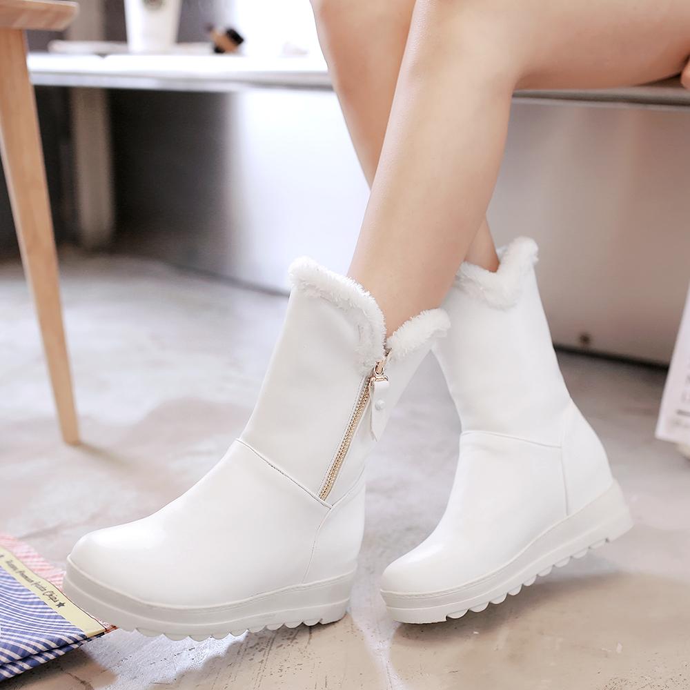 Zapatos, botas, sandalias y nuestras conocidas alpargatas o espadeñas, cosidas a mano de forma tradicional. Todos nuestros zapatos están fabricados en España. Nos gustan las cosas sencillas, la vida slow y el ritmo de la naturaleza.