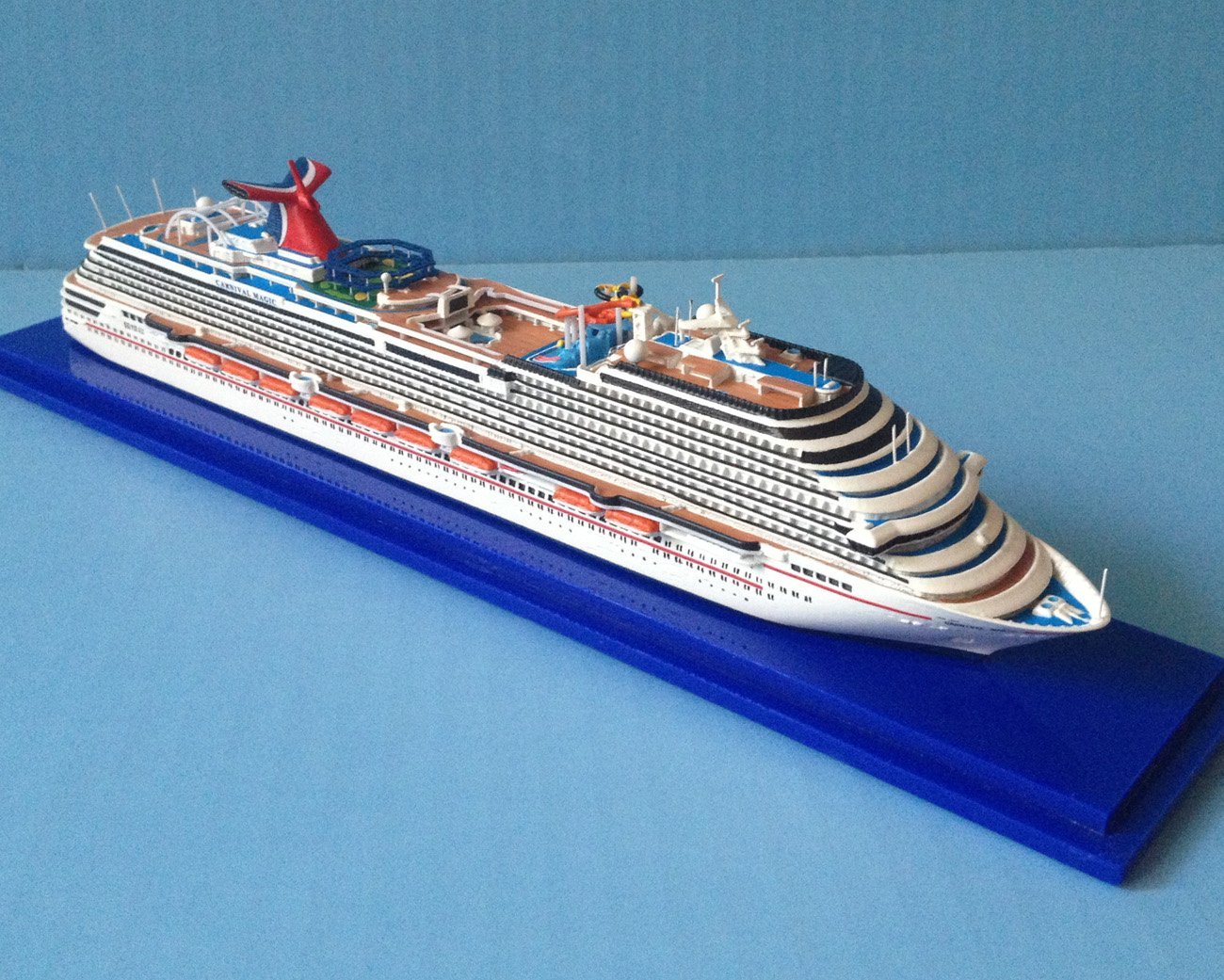 CARNIVAL MAGIC cruise ship model in 1:1250 scale, Collector's Series
