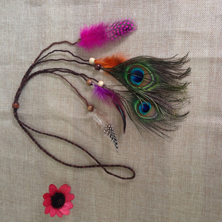 la banda de pelo indio tocado de plumas de pavo real de bohemia nacional