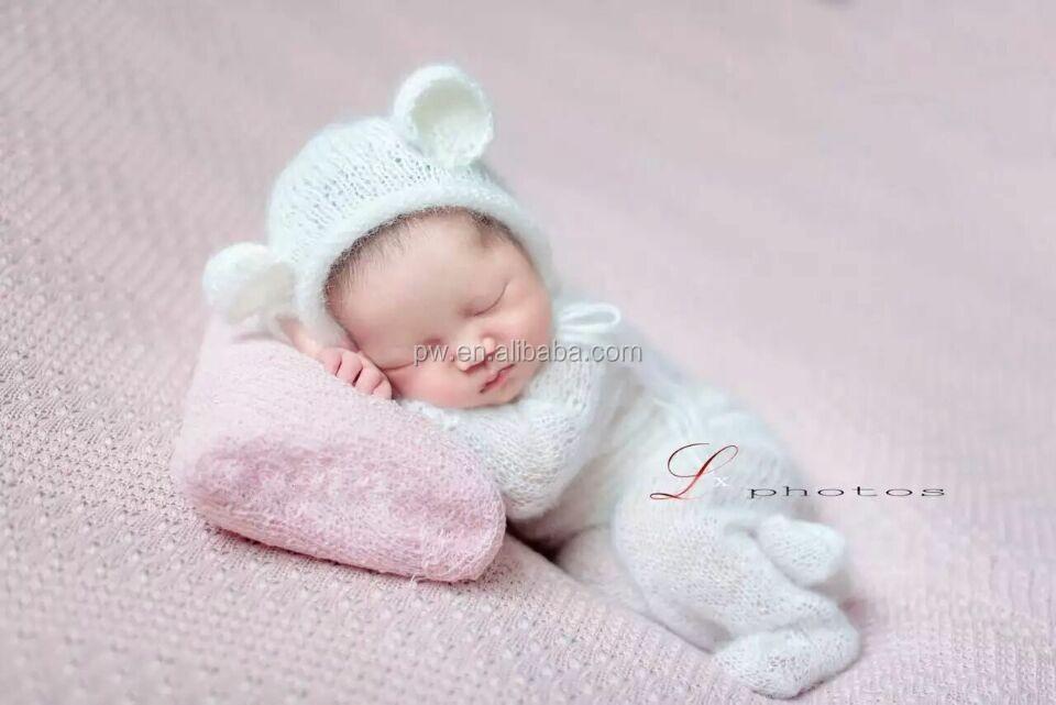 Lindo Bebé Recién Nacido En General Traje De Punto Con Capucha Y ...