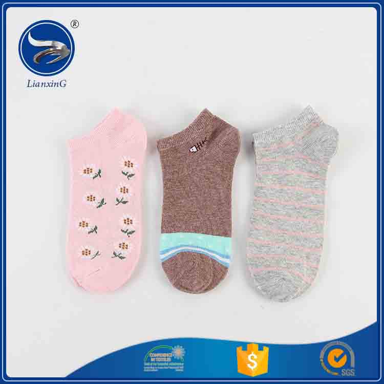 2017 Hot selllianxing top product 100 polyester skateboard animal pom pom socks