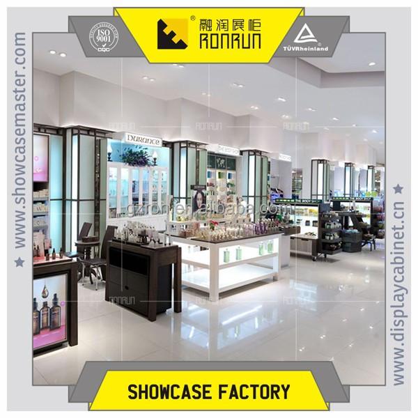 Aeropuerto y el centro comercial rea cosm ticos display for Centro comercial aki piscinas precio
