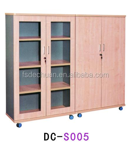 moderna estantera de madera con puertas de vidrio para oficina