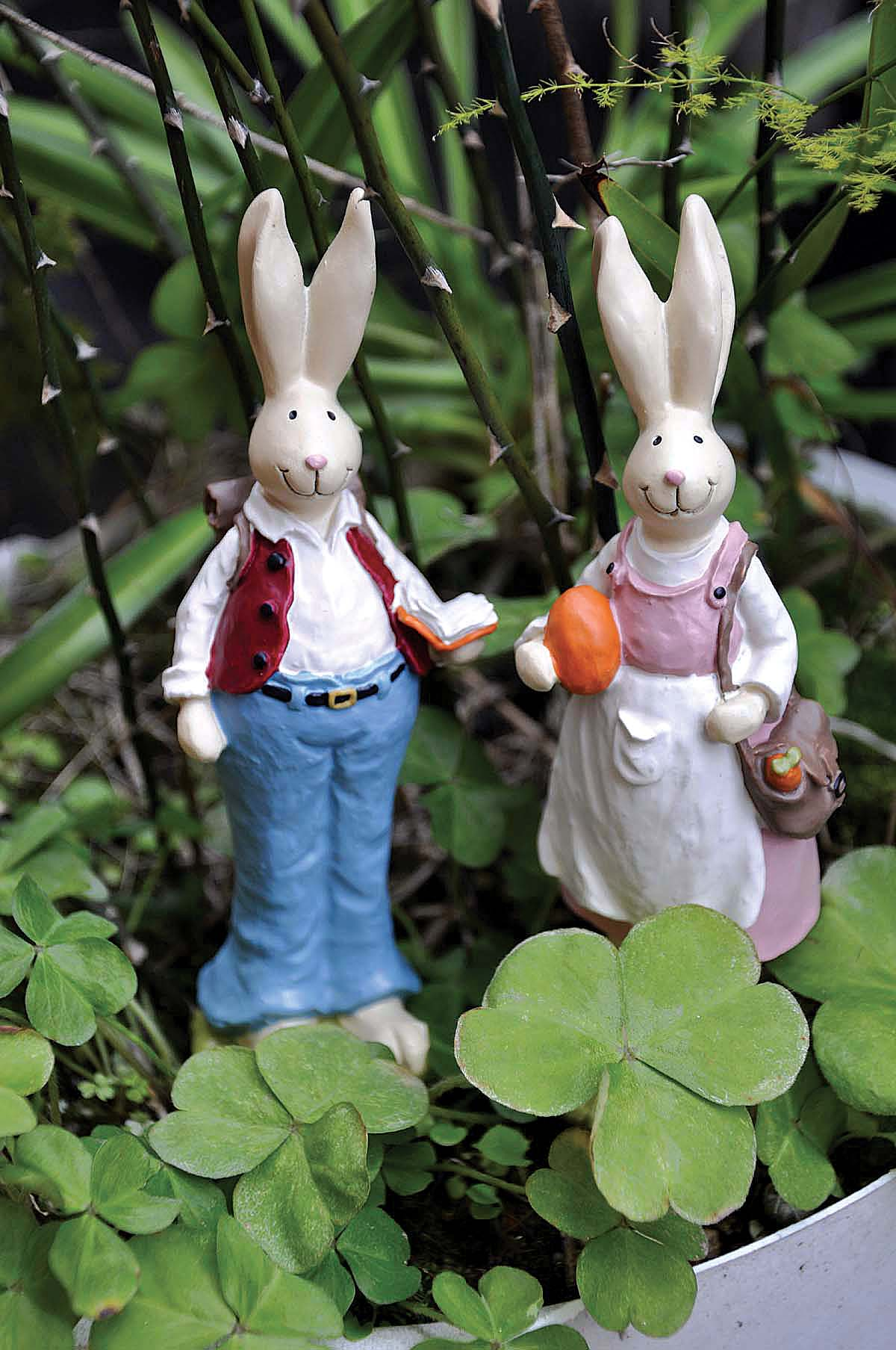 Wholesale Stock Products Resin Easter Bunny Garden Rabbits Statues