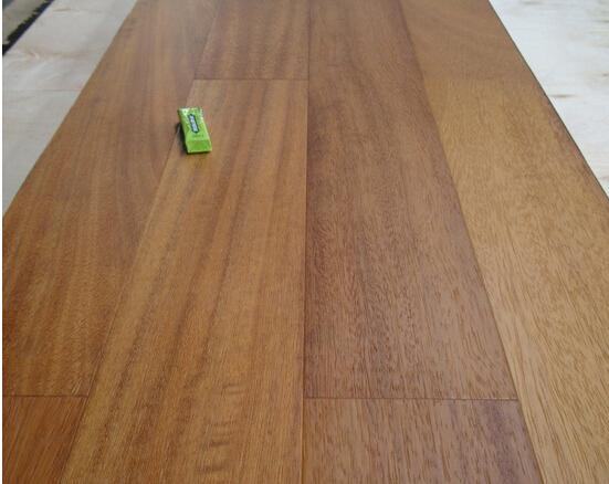 Directe fabriek prijs platte iroko ontworpen massief houten vloer