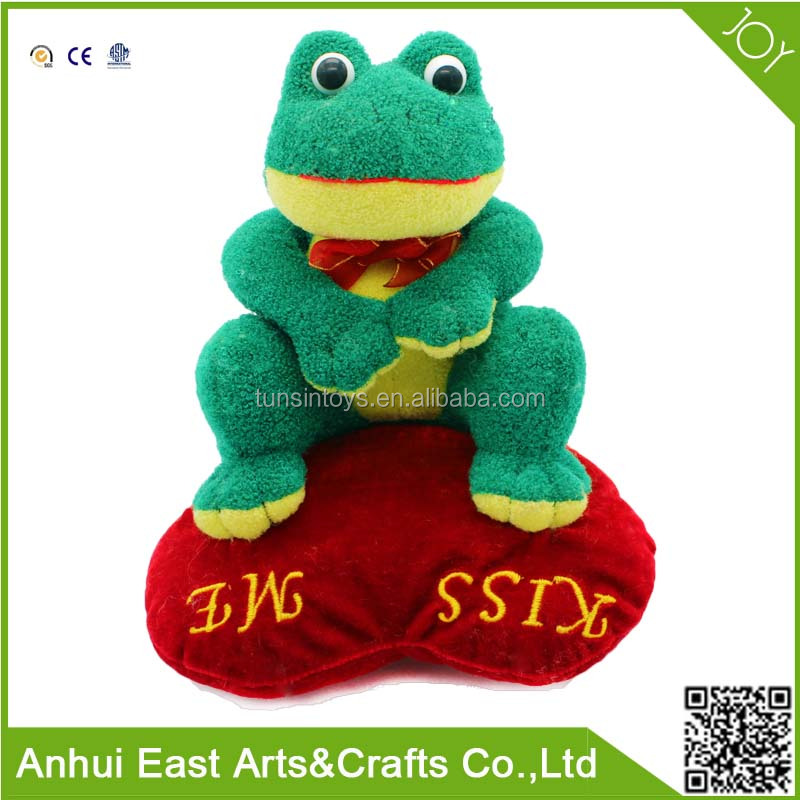 NEW DESIGN STUFFED GREEN FROG WITH HEART ABOUT KISS ME SIGN PLUSH TOY FOR VALENTINE