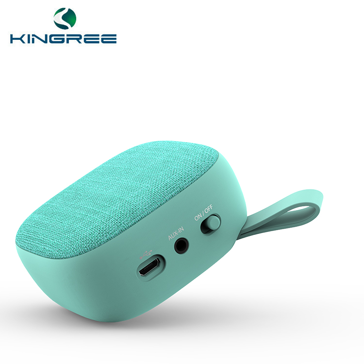 O uso do telefone móvel player portátil mini speaker bluetooth com luz led para o pé.