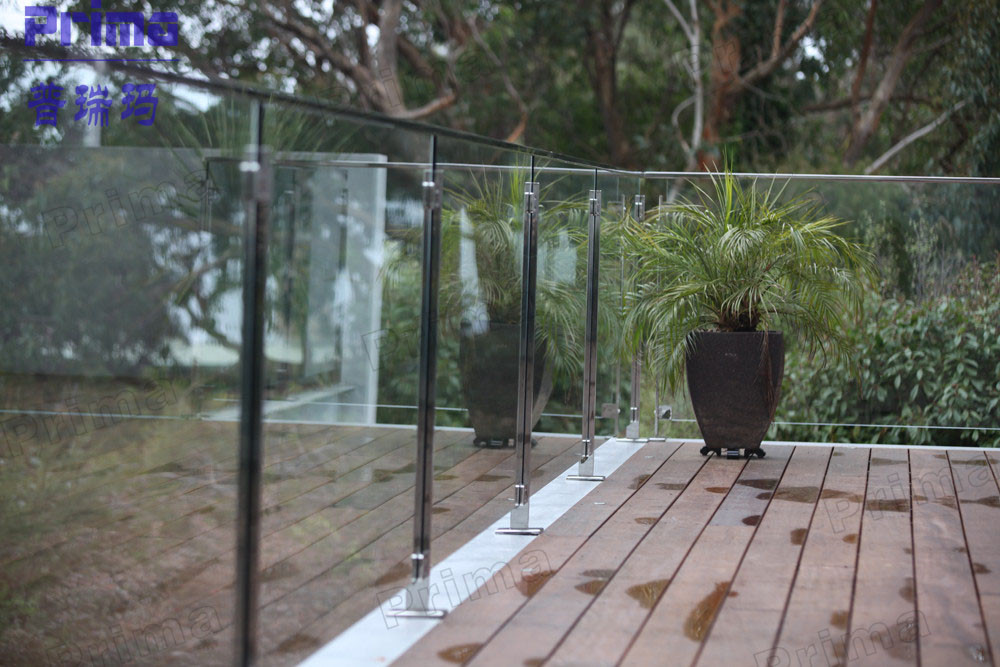 Deck tempered glass balustrade fixed in wooden terrace for Garden decking glass panels
