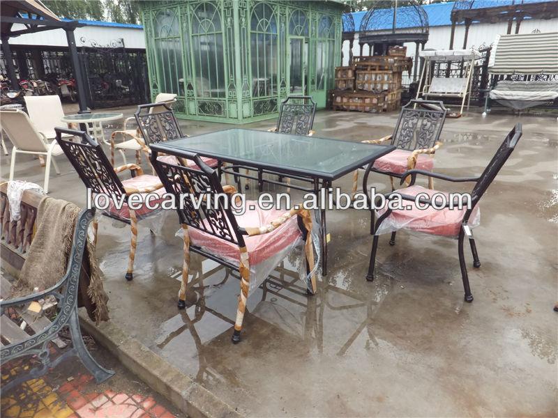 Antieke gietijzeren tafel en stoel